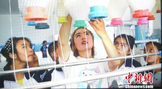 """9月8日,阿克苏职业技术学院纺织工程系新入学的中专学生们周末忙""""充电""""。 王小军 摄"""