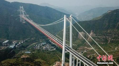 资料图:远眺赤水河红军大桥。中新社记者 瞿宏伦 摄