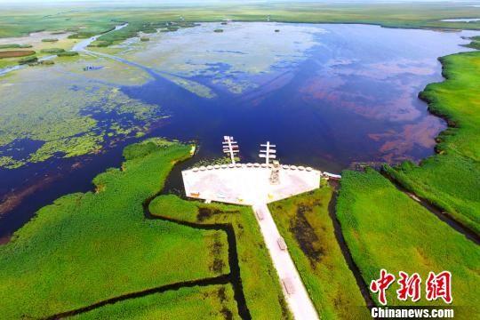 凌空鸟瞰博湖县博斯腾湖莲海世界景区。 年磊 摄