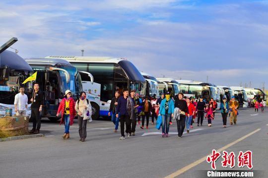 据统计,截至6日,乌尔禾世界魔鬼城国庆长假接待游客突破10万人次,同比增加超72%,创下新高。 李伟 摄