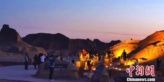 乌尔禾以世界魔鬼城景区雅丹地貌为基础,结合乌尔禾区恐龙文化和金丝玉文化打造的灯光秀大受游客喜爱,成为新疆夜游经济的一大亮点。除此之外,世界魔鬼城还有骆驼骑乘、马背巡游,沙滩摩托和即将开放的滑翔伞等热门游玩项目。 李伟 摄