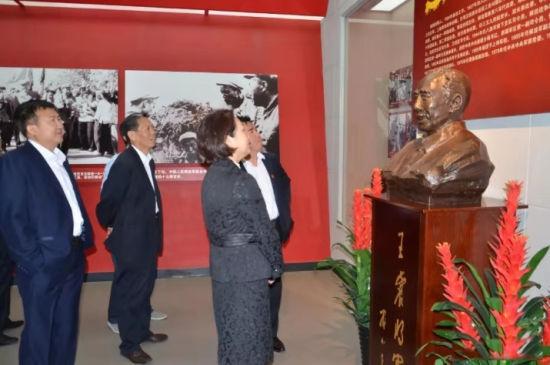 游客参观六师将军博物馆。