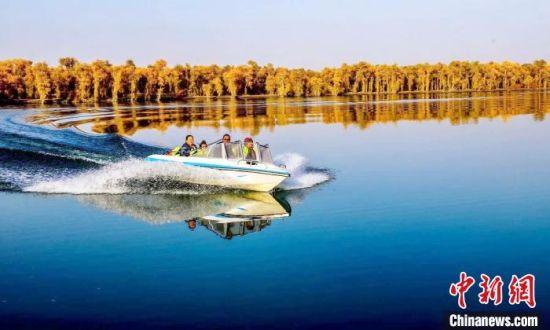 游客度假村体验快艇。 王玉堂 摄