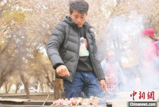 村民在度假村卖烤肉增加了收入。 王玉堂 摄