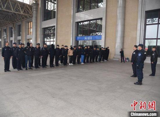 四师可克达拉市公安局在伊宁市火车站口举行仪式,欢迎押解特大电信诈骗犯罪嫌疑人自长沙返回伊宁的侦查英雄们。 杨文涛 摄