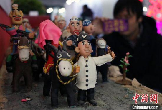观众在拍摄新疆残疾人的文创产品。 孙亭文 摄