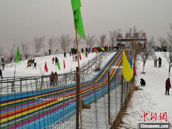 和静县2019年民间文化冰雪旅游节在和静县东归生态公园内正式拉开帷幕。 史玉江 摄
