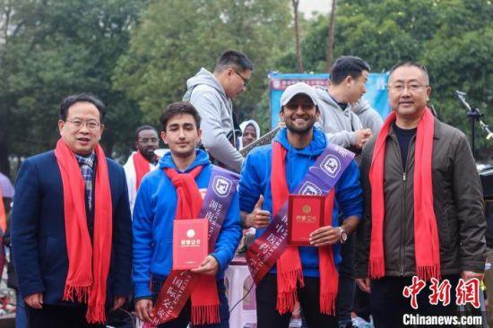 """来自巴基斯坦的""""圣哲队""""赢得了""""湖南中医药大学国际文化交流使者""""荣誉称号。 杨卓 摄"""