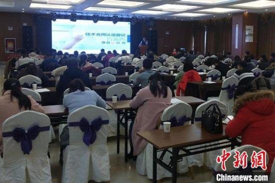 2019年,新疆兵团技术市场办公室先后举办培训讲座15场次,进行技术合同政策宣讲。新疆兵团技术市场办公室供图