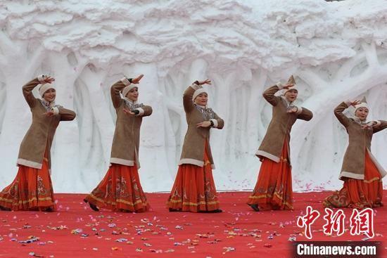 """新(xin)疆(jiang)哈巴河""""醉(zui)美雪��(hua)""""冰雪��_幕,哈�_克族(zu)女子展示民(min)族(zu)舞蹈。 陶拴科 �z"""
