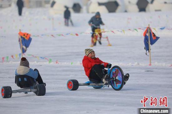 小朋友在冰上开心的玩耍。 年磊 摄