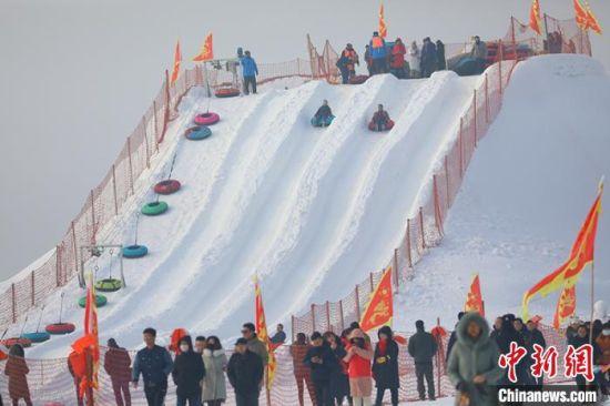 游客体验雪圈滑雪。 年磊 摄