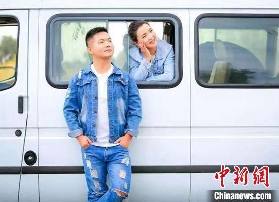 李忠铠和他幸福的女友旅游合影。 叶翠 摄