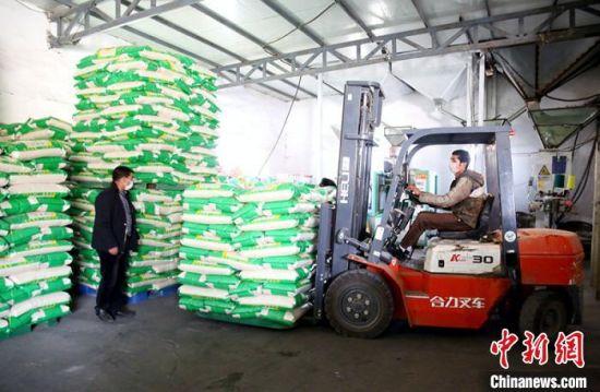 温宿县哈拉苏农产品农民专业合作社是一个大米加工生产为主的个体企业,防疫期间恢复加工生产,保证了广大市民选购食用。 颜寿林 摄