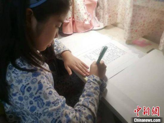 陈有荷在认真写作。 刘露露 摄
