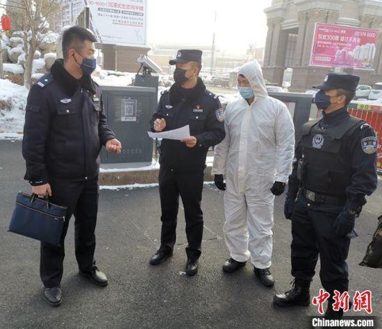 十二师公安局全体民辅警放弃休假与团聚,奋战在疫情防控一线。 李杨 摄