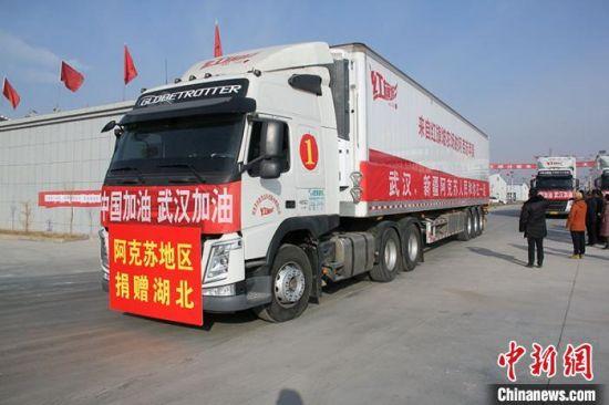 2月11日,满载逾200吨果品10辆大卡车已出发驰援湖北、浙江两地抗疫一线。 董成忠 摄