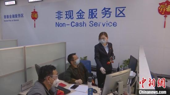 中国建设银行巴州分行工作人员在柜面进行贷款放款业务。 蔡博瑞 摄