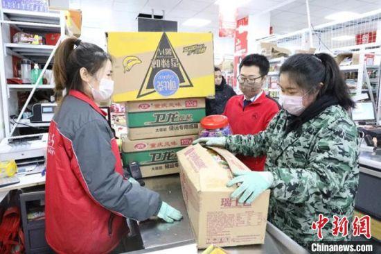 九鼎国际食品城商户正在盘点货物。 杨涛 摄