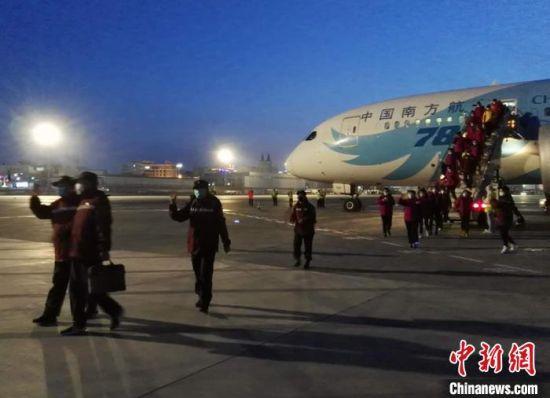 救援队队员陆续走下飞机。 戚亚平 摄