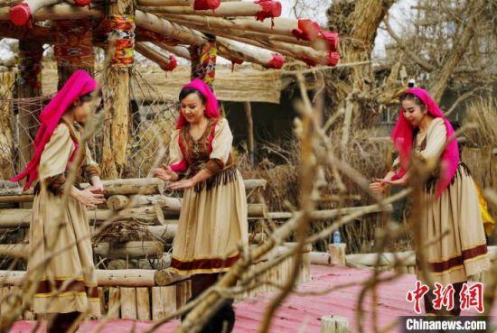 罗布人村寨景区里的人们为游客献上做饭舞。 庞博 摄