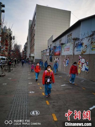 乌鲁木齐市第一小学开学第一天,学生走在校园门口的路上。 梁莉 摄