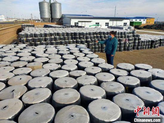 一八四团屯南润田源商贸有限公司日生产滴灌带250万米,为团场春播生产提供农资保障。 黎佳君 摄