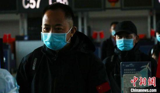 中国援助哈萨克斯坦抗疫医疗专家组成员检票有序进入候机厅。 王小军 摄