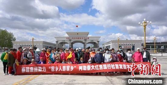 """""""五一""""期间,游客在吉木乃百年通商口岸游览。 刘淑荣 摄"""