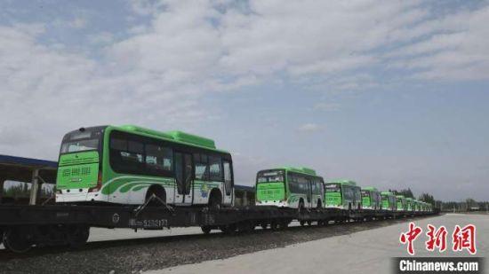 此次共有30辆新能源客车出口。 李明 摄