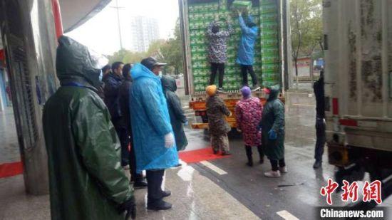 疫情发生不久后,新疆巴州人民政府决定向武汉捐赠100吨库尔勒香梨,巴州商务局干部田疆与同事一起帮忙装车,前往武汉。 倪菁菁 摄