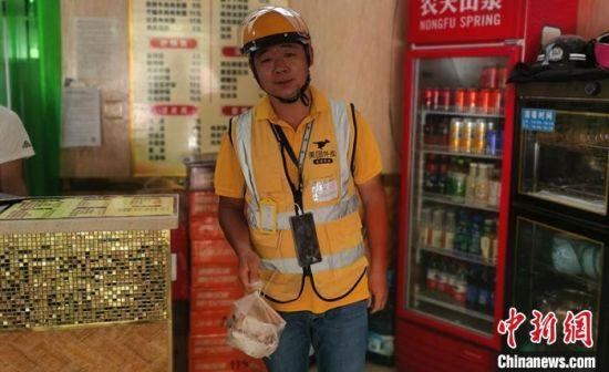因抗疫需要,首批抗疫配送队员不得回家,杨林作为抗疫战队报名第一人,复工期间日均订单达成70多单。 倪菁菁 摄