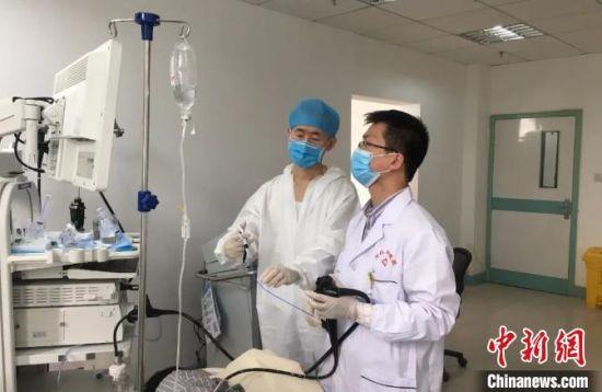 浙江台州援疆医生为患者做急诊内镜手术。浙江省台州市援疆指挥部供图