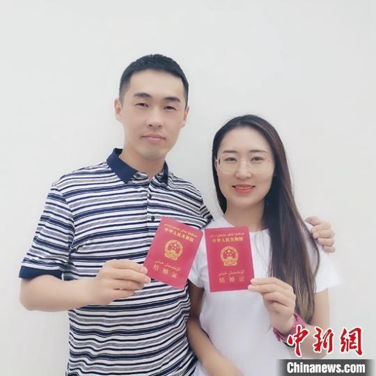 隋鑫与刘欢在5・20当天领证登记。 王康 摄