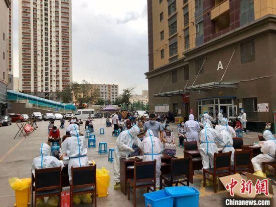 乌鲁木齐市天山区白玉华庭小区,医护人员正在为居民进行核酸检测。 阿丽娅・吐尔洪 摄