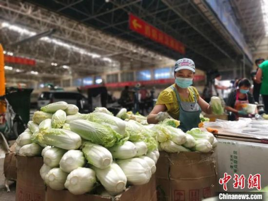 商户正常营业,蔬菜货量充足,价格总体平稳。 童芳 摄