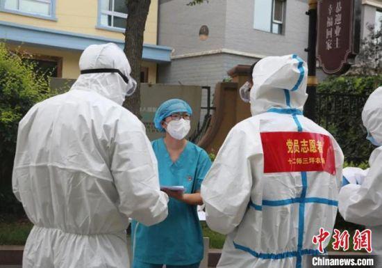 志愿者正在跟医护人员交谈。 刘倩 摄