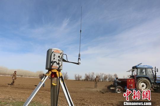 在第十师一八六团农田里,北斗定位系统正在精准导播。(资料图) 郝胜忠 摄