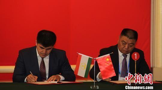在2016年第五届中国-亚欧博览会暨第三届新疆·兵团绿洲产业博览会上,新疆兵团签约外贸、外资、外经、内联项目30余个。(资料图)戚亚平摄