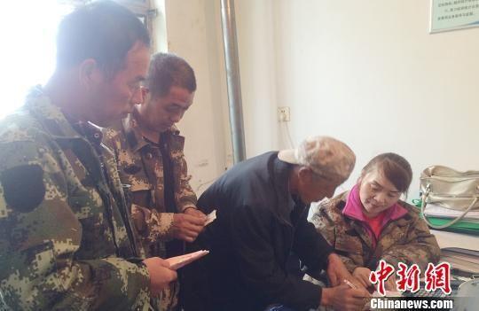 图为新疆兵团第四师六十七团群众在排队交医疗保险费。(资料图)吴红霞摄