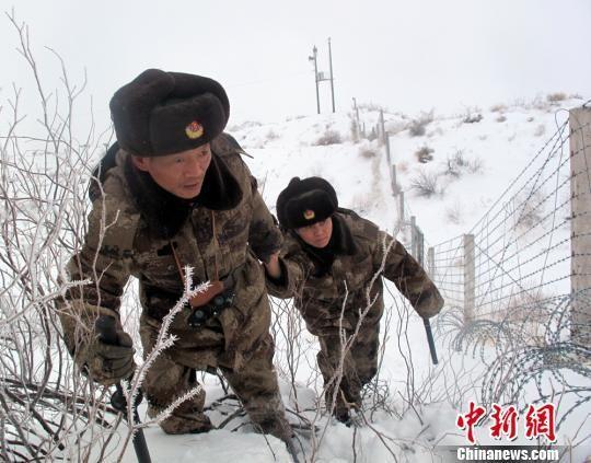 付永强夫妇正在踏雪巡边。(资料图)杨东摄