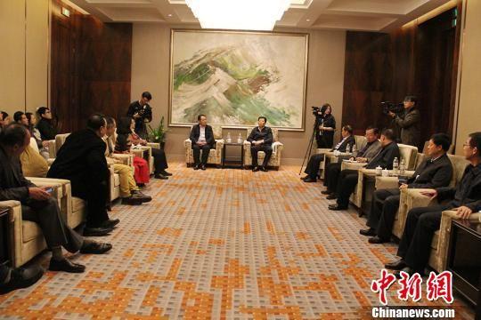 新疆兵团领导会见海外华文媒体采访团(图)