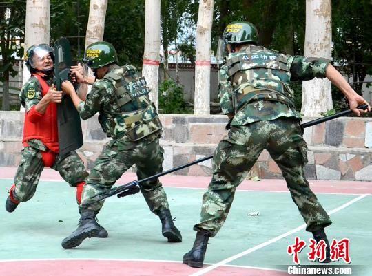 """教官团""""送教上门""""强化新疆哈密边防官兵应对能力"""
