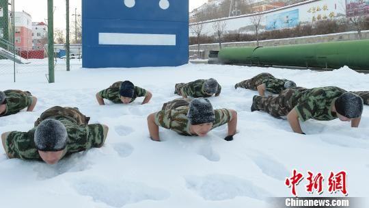 新疆阿勒泰消防官兵冒着零下30℃严寒赤膊浴雪训练