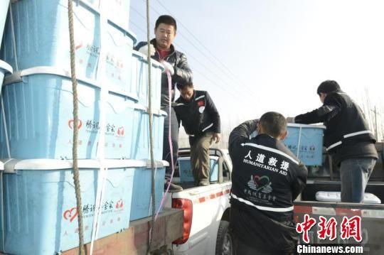 中国扶贫基金会向新疆精河县发放2930个家庭应急保障箱