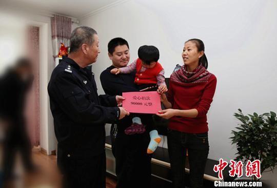 警察救治女儿欠巨债 10余万社会捐款救急(图)