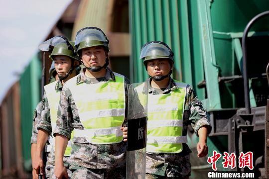 新疆兵团护路民兵40℃高温下巡逻阿拉山口铁路线