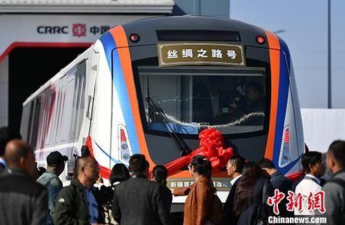 """新疆首列本地制造地铁列车""""丝绸之路号""""正式下线"""