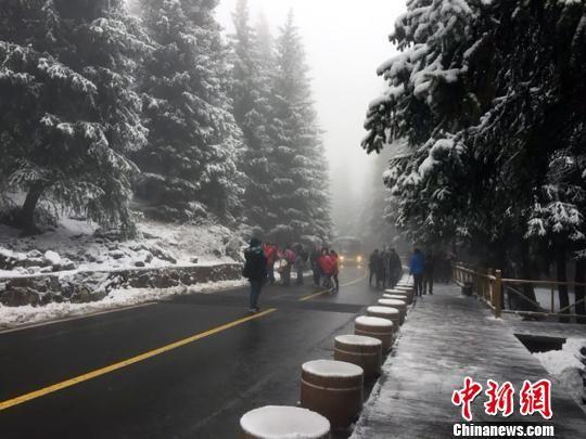 新疆天山天池瑞雪纷飞 游客风雪无阻赏雪景