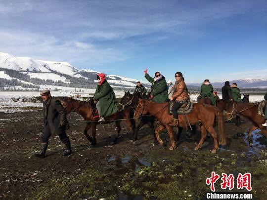 数十旅行商赴新疆那拉提踩线感受草原秋冬之美
